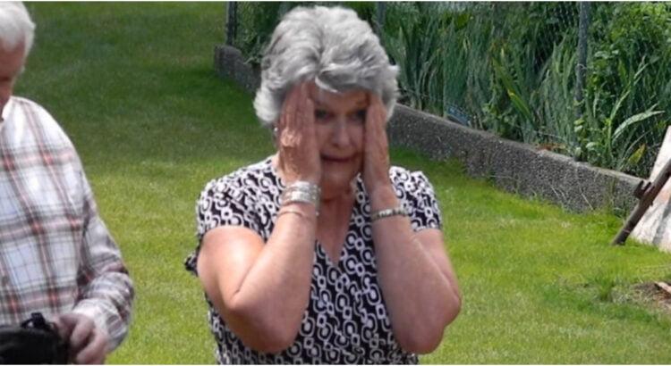 Pamačiusi anūkės išleistuvių suknelę, močiutė negalėjo sulaikyti ašarų