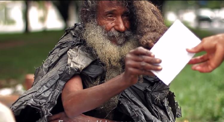 Moteris iš smalsumo priėjo prie purvino benamio, kuris kažką pastoviai rašė. Vyras nė nenumanė, kaip drastiškai pasikeis jo gyvenimas jos dėka