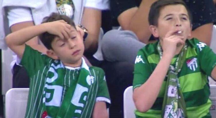 Futbolo rungtynėse nufilmuotas rūkantis berniukas sukėlė tikrą audrą, tačiau paaiškėjusi tiesa visus nustebino