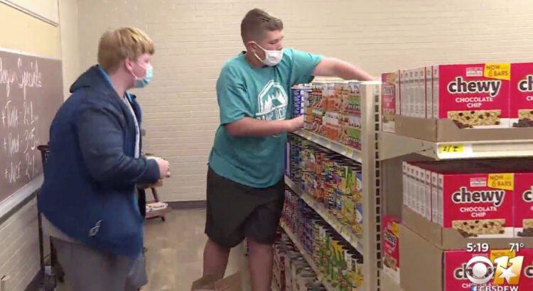 Mokiniai su mokytojais įsteigė maisto parduotuvę mokykloje, tačiau už pirkinius žmonės atsiskaito ne pinigais