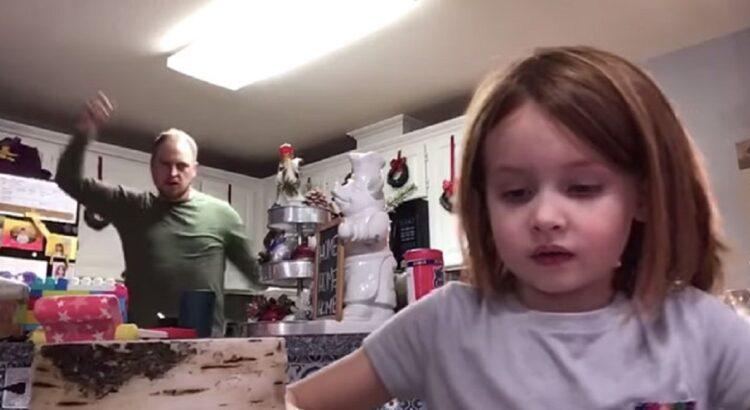 Pirmokė įrašinėjo namų darbų video mokyklai. Į kadrą patekęs tėtis savo šokiu prajuokino visą šalį